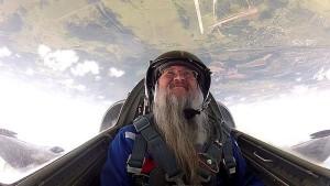 Игумен Иов в небе вниз головой во время выполнения фигуры высшего пилотажа «бочка» на самолете Л-39