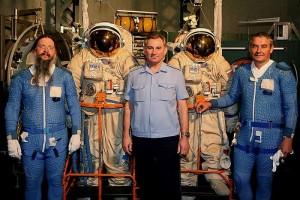 Отец Иов, бывший руководитель Центра подготовки космонавтов В.В. Циблиев и космонавт Валерий Корзун в гидролаборатории. На о. Иове и В. Корзуне – костюмы гидроохлаждения; по полым голубым трубочкам циркулирует вода, чтобы космонавт не перегрелся в скафандре от высоких нагрузок